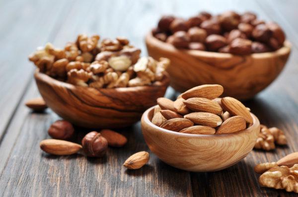 Не стоит злоупотреблять употреблением орехов. Норма - до 10 штук в день