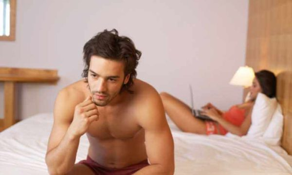 На снижение уровня тестостерона могут указывать понижение либидо, депрессия, постоянная усталость