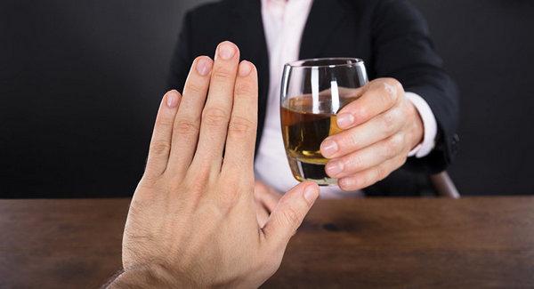 Чтобы избавиться от алкогольного энуреза, в первую очередь необходимо полностью исключить алкоголь