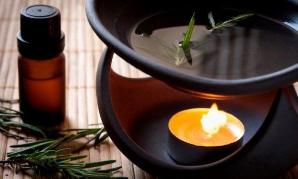 Смесь эфирных масел можно добавлять в аромалампу, которая создаст в комнате приятный аромат и поспособствует расслаблению