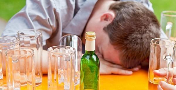 Человек, находясь в сильном алкогольном опьянении, часто не испытывает позывов к мочеиспусканию