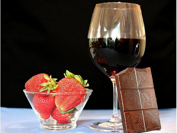 «Женскими» афродизиаками считают шоколад, клубнику, шампанское и красное вино