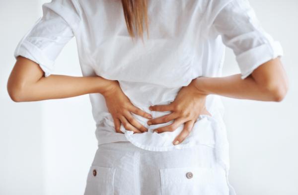 Вызвать такую проблему могут как патологии опорно-двигательной системы, так и «женские» болезни