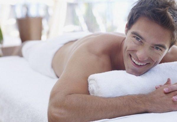 После проведения курса терапии электростимуляцией у мужчины заметно улучшается общее самочувствие