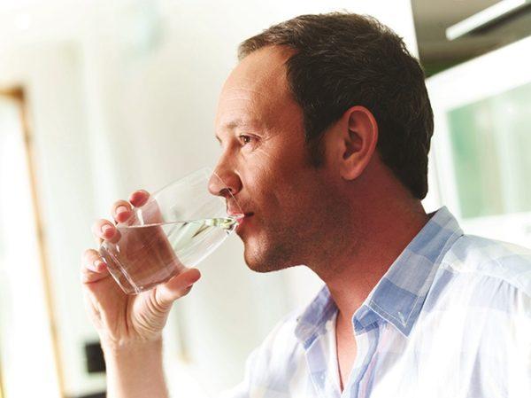 Перед процедурой необходимо выпить несколько стаканов воды