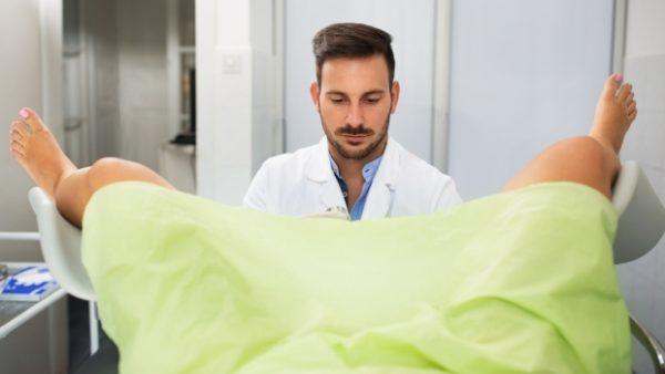 Даже если желтые выделения появляются нечасто, осмотр у гинеколога будет не лишней