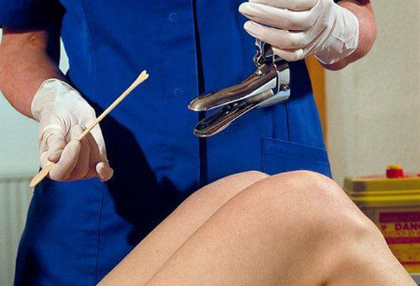 У девственниц анализ берут аналогичным образом, но без использования гинекологического зеркала
