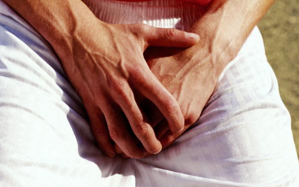 Гонорея проявляется в виде жжения в области половых органов, боли при мочеиспускании