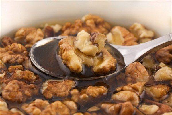 Грецкие орехи и мед можно есть для профилактики проблем с потенцией