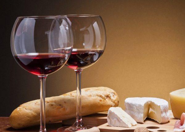 Красное сухое вино в небольшом количестве и изредка употреблять вполне допустимо