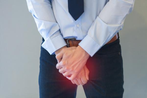 Киста небольших размеров может изредка проявляться тянущей болью в мошонке
